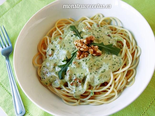 Espaguetis con salsa de rúcula y nueces