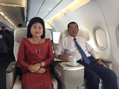 Le premier ministre du Cambodge, ici avec son épouse, devenu un communicant très actif sur les réseaux sociaux.