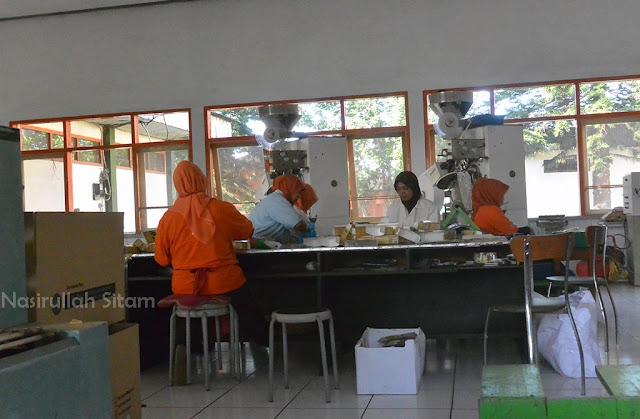 Mengintip pekerja membungkus teh