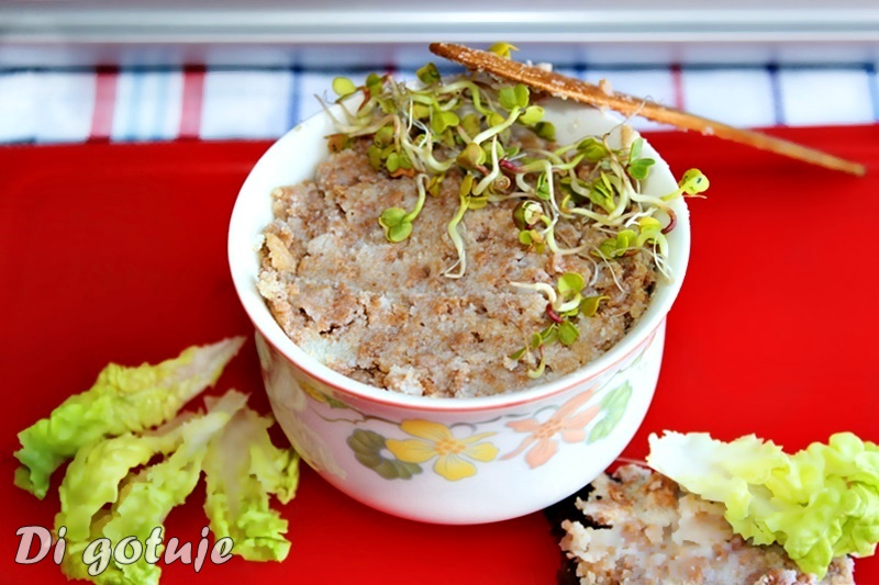 Smalec z fasoli z cebulą i chrupiącymi skwarkami z kaszy gryczanej