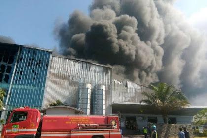 Pabrik Plastik PT Dynaplast di Bekasi Terbakar