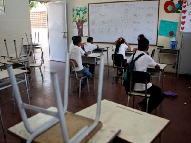 Madres venezolanas sustituyen a docentes tras renuncias masivas en colegios