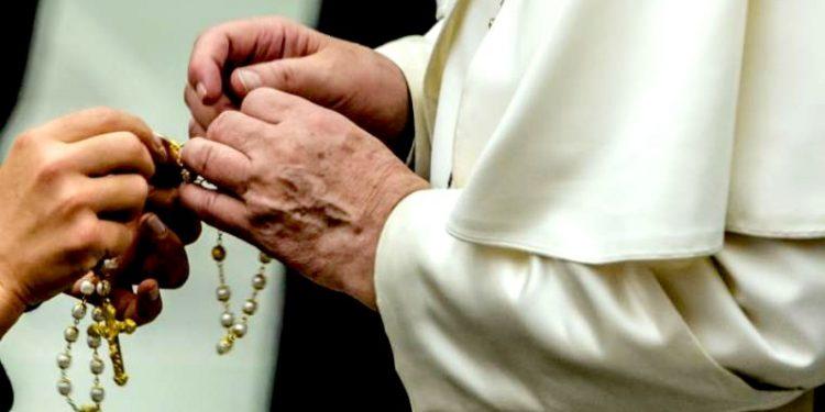 Dua Doa Baru dari Paus Fransiskus Selama Bulan Rosario