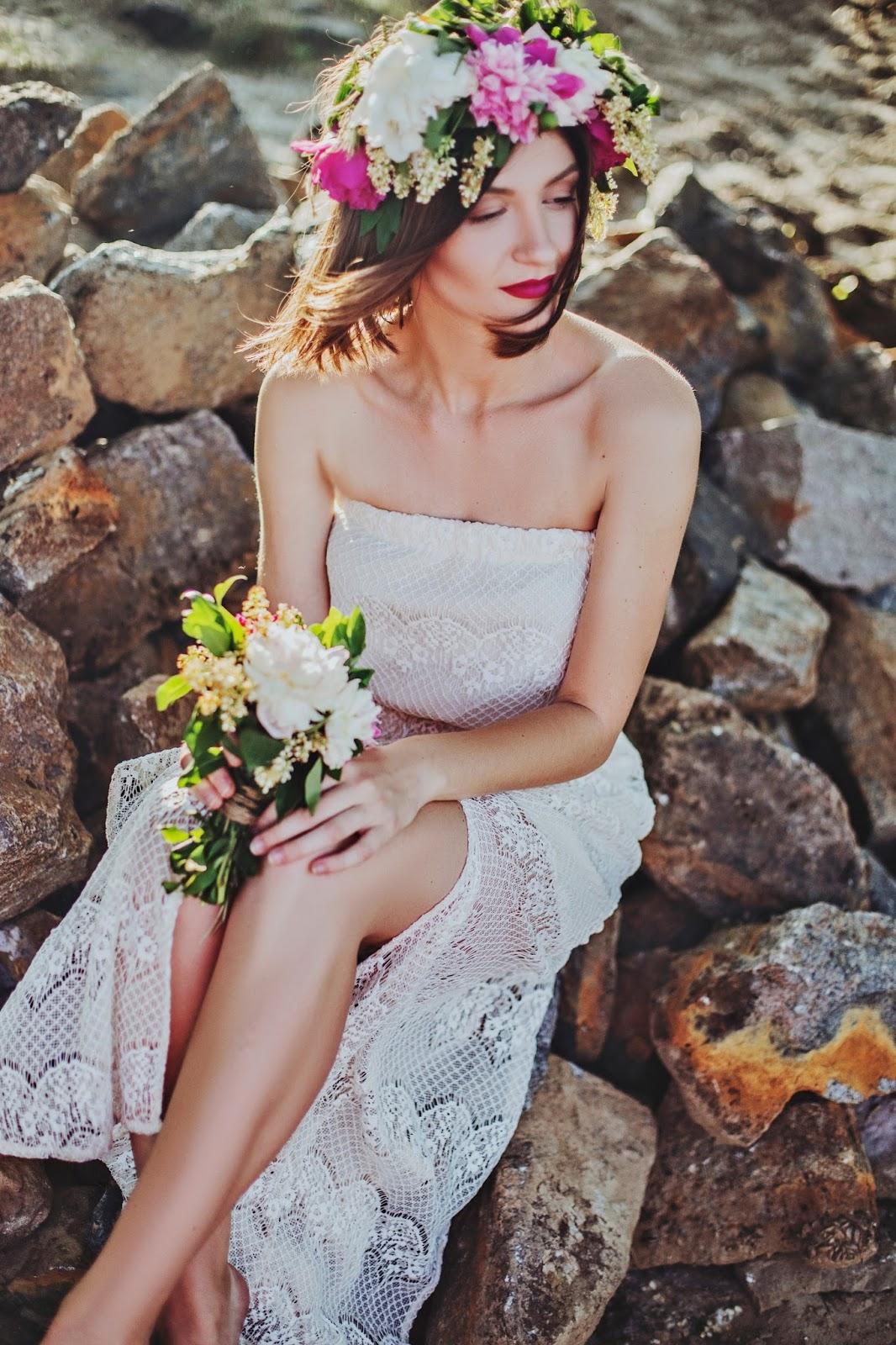 stylowe dodatki panny młodej, ozdoby do włosów, kwiatowy wianek ślubny