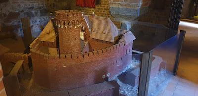 Ruiny zamek Krzyżacki w Toruniuu replika