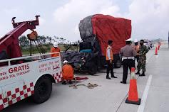 L300 Tabrak Fuso di Tol KM 11 Penengahan