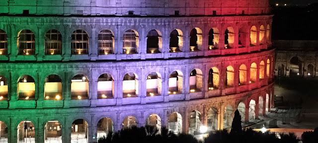Un mensaje pidiéndole a las personas que se queden en casa es proyectada en el Coliseo Romano.FAO/Elly Barrett