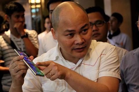 Ông Nguyễn Tử Quảng giới thiệu chiếc Bphone 3 với các đại biểu tham quan