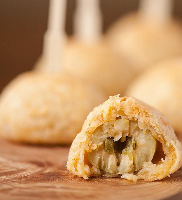 الجبن الشيدر الدافئة مع الزيتون والفلفل الحار