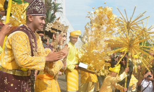 ARAKAN PENGANTIN: Peserta festival Pengantin Melayu memulai pawai dari Museum Kalbar menuju Masjid Raya Mujahidin, Minggu (6/10). Festival ini rutin digelar dalam rangka memperingati Hari Jadi ke-248 Kota Pontianak. TIMBUL MUJADI/PONTIANAKPOST