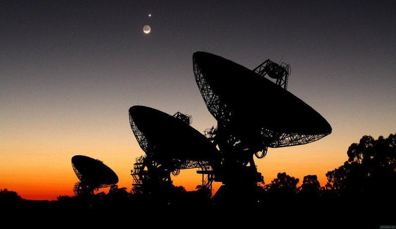 Антенны радаров на фоне закатного неба