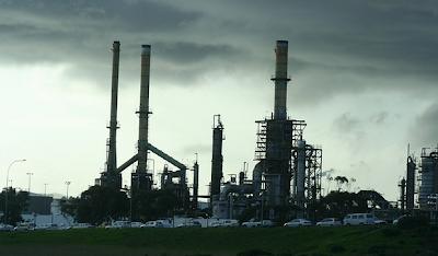 Kilang minyak merupakan tempat pengolahan minyak bumi sehingga dihasilkan berbagai jenis bahan bakar.