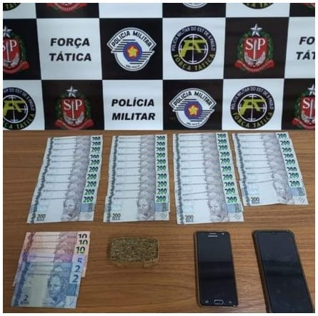 FORÇA TÁTICA PRENDE CASAL COM DROGAS E MAIS DE R$ 7 EM DINHEIRO