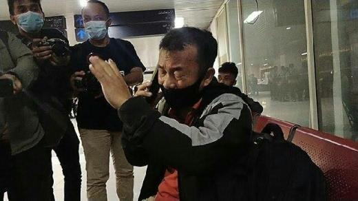 Bikin Sedih! Bapak Ini Menangis Tersedu-sedu Saat Tahu Istri dan 3 Anaknya Jadi Korban Jatuhnya Sriwijaya Air