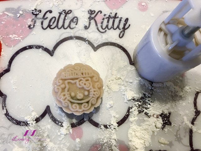 tao bao hello kitty mooncake mold