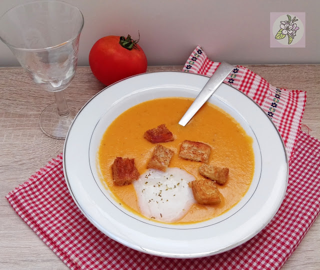 Sopa cremosa de tomate a la albahaca. Receta vegana.