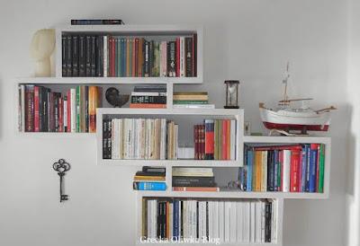 klucz, wisząca biblioteczka, książki na półce, cofdzienność Mykonos