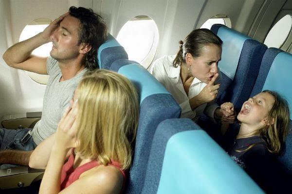 Familia en avion con hijos pequeños