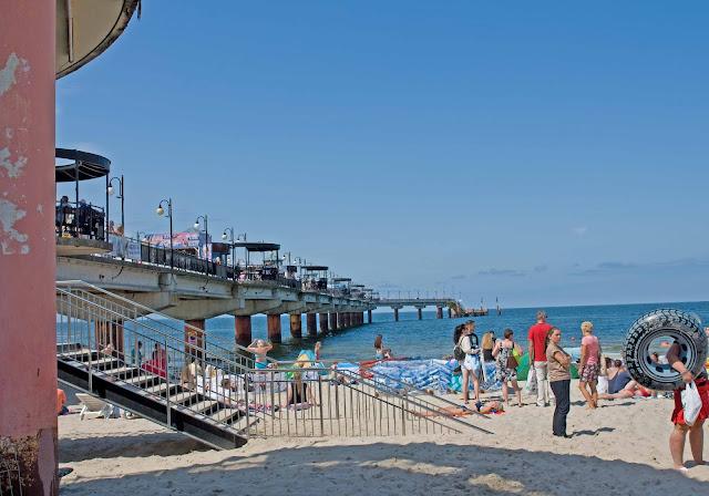 plaża przy molo Międzyzdroje widok na konstrukcję