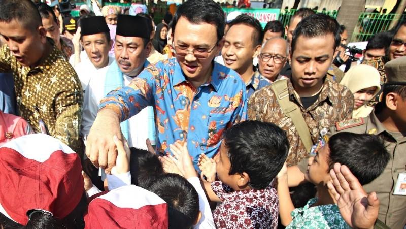 Ahok menyalami anak-anak saat meresmikan RPTRA di Cengkareng Timur
