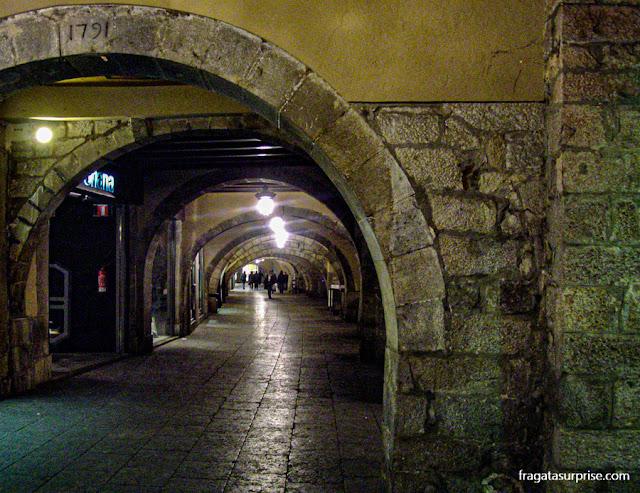 Arcadas medievais na Rambla de la Llibertat, Girona, Catalunha