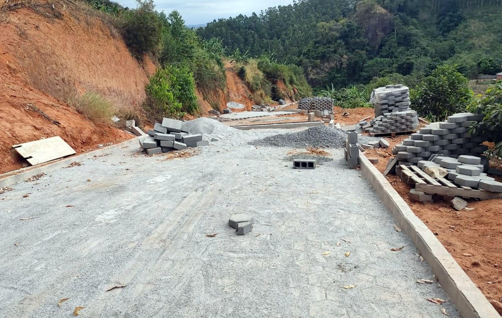 início das obras de calçamento em estrada que liga Governador Lindenberg a Mariândia