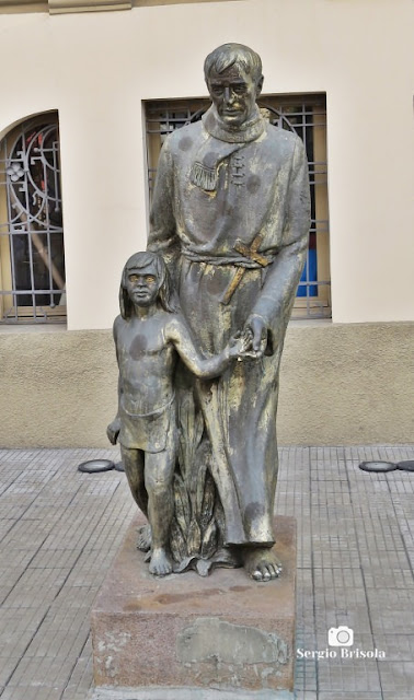 Close-up da Escultura Padre Anchieta e menino índio - Brás - São Paulo