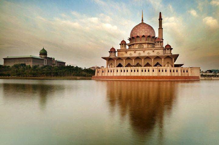 malezya'da göl kenarında cami resmi