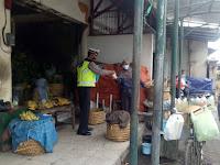 Polsek Jetis Bagikan 50 Nasi ke Warga Jl. Poncowinatan