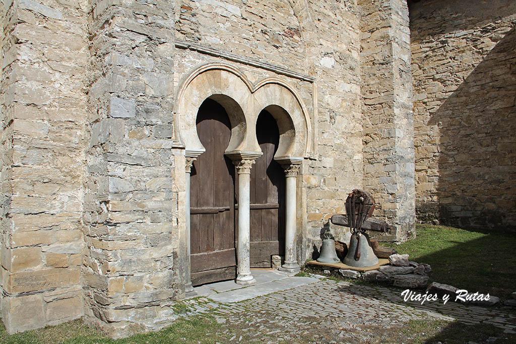 Portada mozárabe de la iglesia de Peñalba de Santiago, León