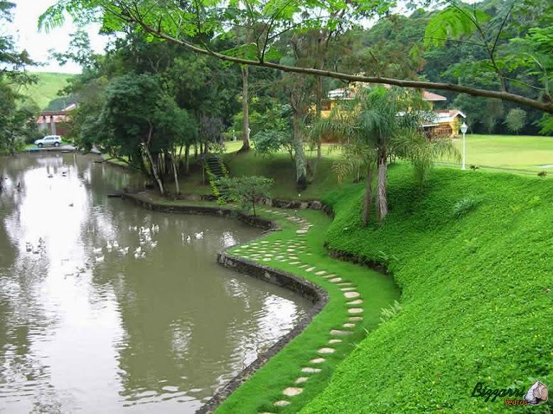 Na construção do lago executamos os caminhos de pedra com cacão de santo mé, os muros de pedra moledo com a execução do paisagismo.