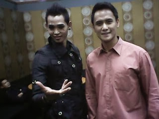 Magician Surya Ayre Sedang Bersama Presenter Choky Sitohang Sebelum Tampil Show Di Trans Tv Jakarta.