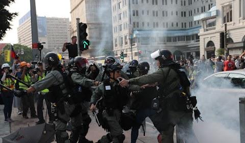 A rendőrség könnygázt és paprikasprayt vetett be az engedély nélkül demonstrálók ellen