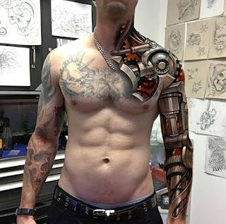 Tatuaje de brazo biónico