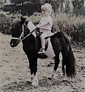 Bianca Schoenmakers op haar eerste pony nu springruiter bij Hans Dings