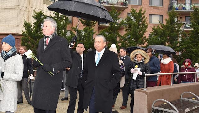 Cónsul Carlos Castillo asiste junto al alcalde Bill de Blasio a ceremonia recordación víctimas del vuelo 587 en NY