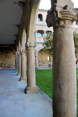 Claustro del monasterio de Santo Estevo de Ribas del Sil en la Ribera Sacra, Orense
