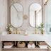 Banheiro branco, nude e dourado com banheira e espelhos ovais!