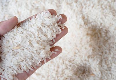 Água de arroz para o cabelo crescer e encorpar