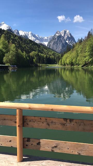 Lake Riessersee Garmisch, Trachtenhochzeit in den Bergen, Dunkelrot und Creme, Rosen, Dirndl, Maihochzeit, Riessersee Hotel Garmisch-Partenkirchen, Bayern, Mountain wedding in Bavaria