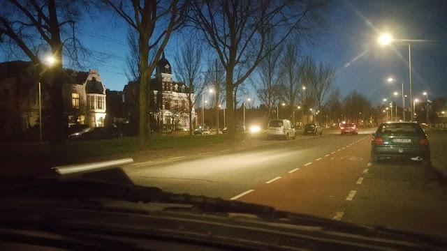 verscholen als anonieme geparkeerde auto