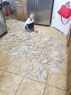 Niño rompiendo lozas de la cocina