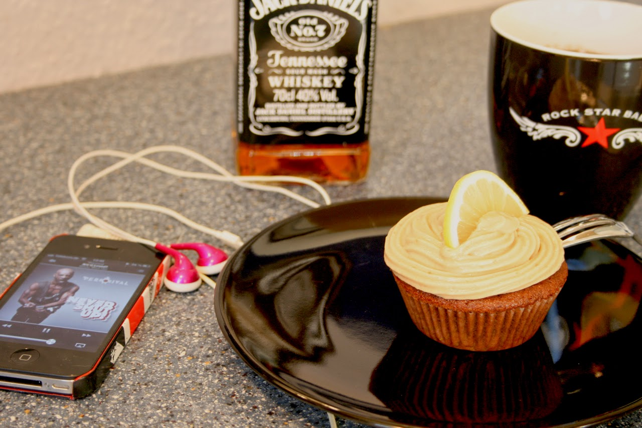 Cloudy S Food Blog Jacky Cola Cupcakes Mit Whiskey Creme Topping