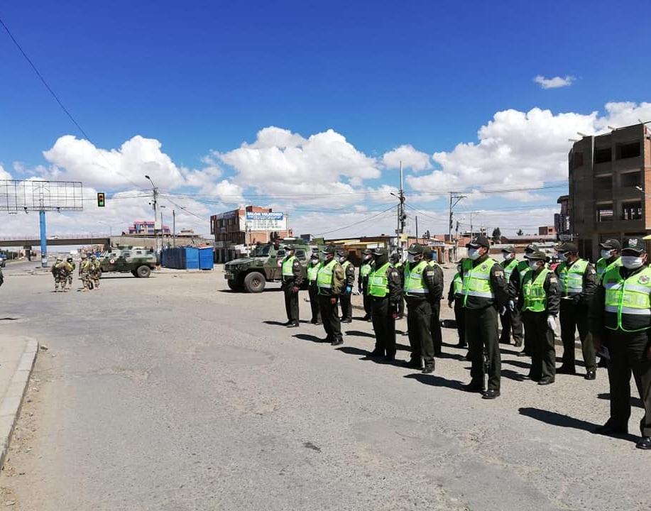 Efectivos de Tránsito en El Alto, formados para cumplir su tarea de control en la cuarentena en esa conflictiva urbe/ POLICÍA NACIONAL