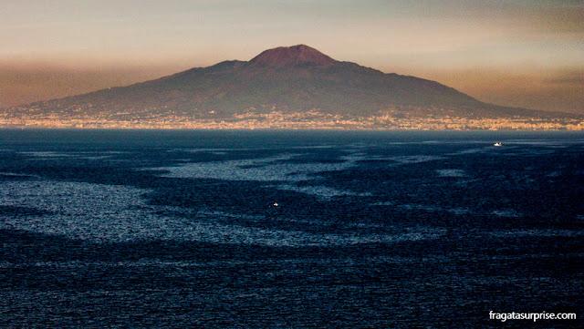 O vulcão Vesúvio visto de Sorrento, Itália