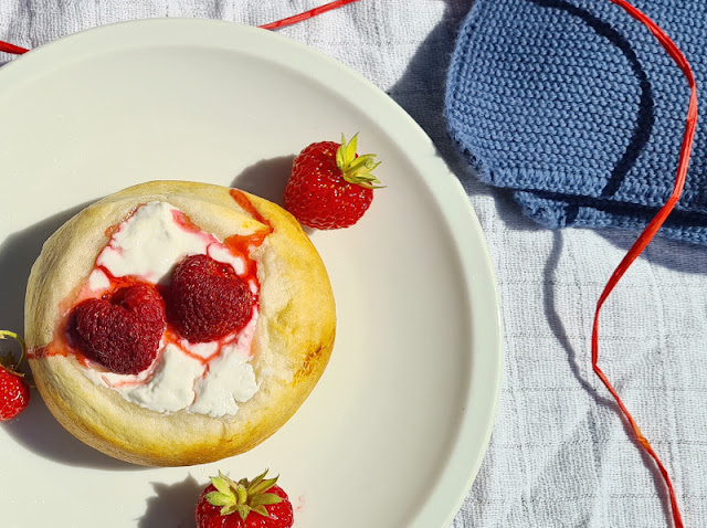 Rezept: Blitzschnelle dänische Erdbeer-Boller. Erdbeeren, Brötchen und frische Quark-Masse sind eine tolle Kombination bei diesem Gebäck aus Dänemark.