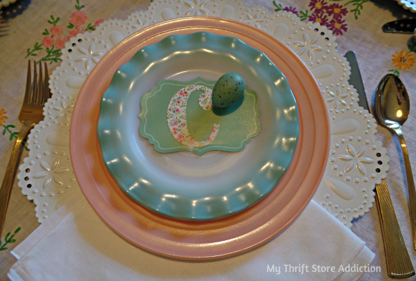 The 15 Minute Fix: Repurposed Gift Tag Place Cards mythriftstoreaddiction.blogspot Mix and match pastel vintage dishes and create place cards from bargain gift tags!