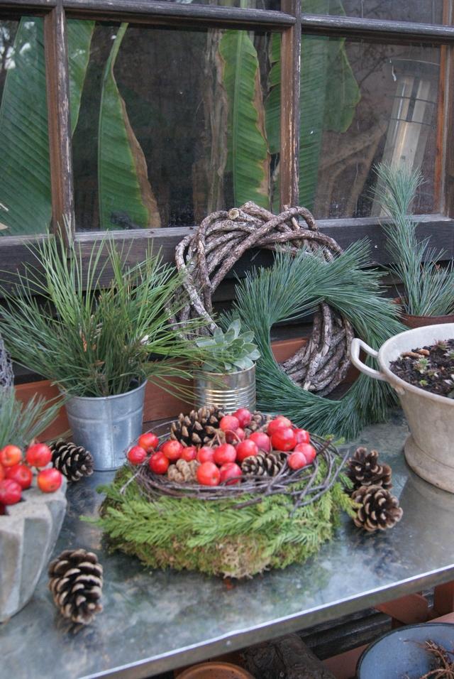 Pflanztisch mit verschiedenen Kränzen dekoriert