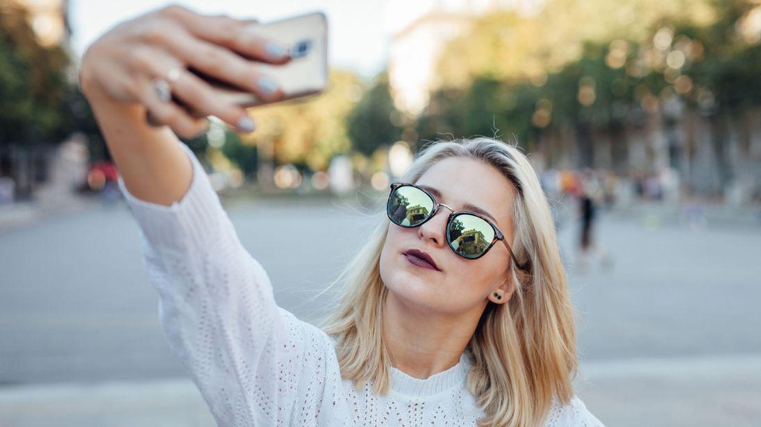Sering Selfie Ternyata Bisa Picu Keriput dan Penuaan Dini