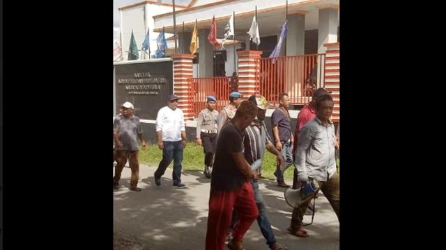 Ketua KPU Didemo, Korlap: Demi Allah, Saya Akan Gantung Anda!